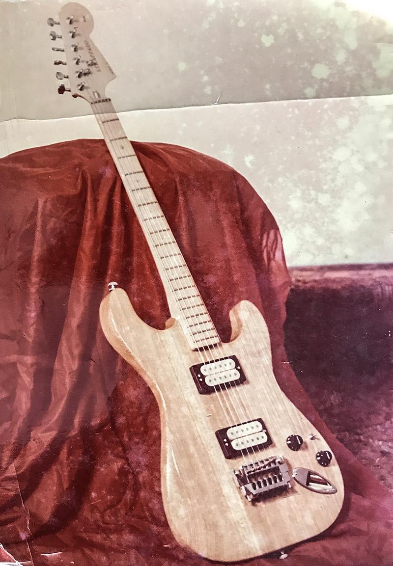 1983-1985 - Jedna z gitar typu Strat z dwoma humbuckerami